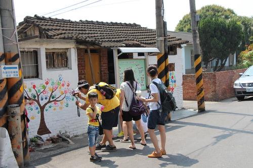 胡厝寮外婆的彩繪村濃厚的祖孫情,仍吸引不少遊客造訪。