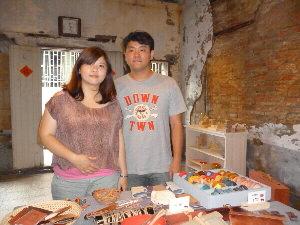洪嘉和和陳艾拉租下百年老屋做為工作室,從老屋中汲取創作養分。(記者林雪娟攝)