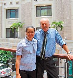 太平洋房屋草屯店店長Klaus(右)雖不會中文,但透過妻子周滿靜(左)翻譯,對外溝通無礙。