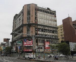 合作大樓所有權人決議自行發包拆除。(記者吳孟攝)
