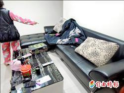 買家詹女說,她因常被鬼壓床,只好睡在客廳沙發。(記者王定傳攝)