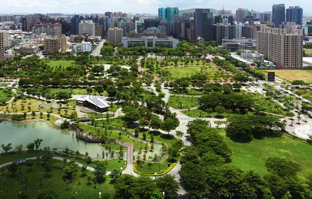 農16特區位置位於市中心,但其中央公園面積廣達5.2公頃,良好的生  活環境與生活機能,成為高雄最指標的豪宅區段。