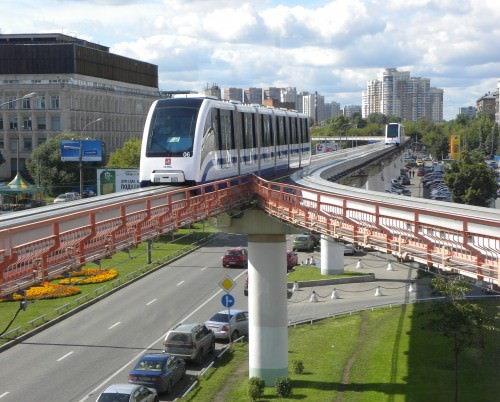Monorail_Moskau_-_Einfahrt_in_Station_Telezentrum
