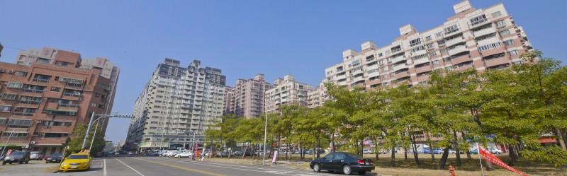 天啊 那麼漂亮的住宅區,有夜市在旁邊,房價要崩了嗎?