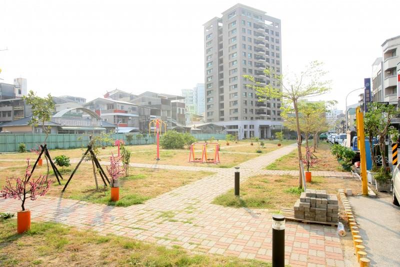 衛民街與西華南街口的軍方眷改地「衛民廣場」以七億元高價標脫。(記者趙傳安攝)