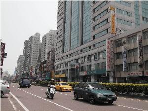 永康區中華路延伸至東區中華東路可見密集大樓群。