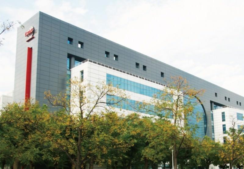 半導體業龍頭台積電在南科園區內廠房呈現科技大樓景觀。