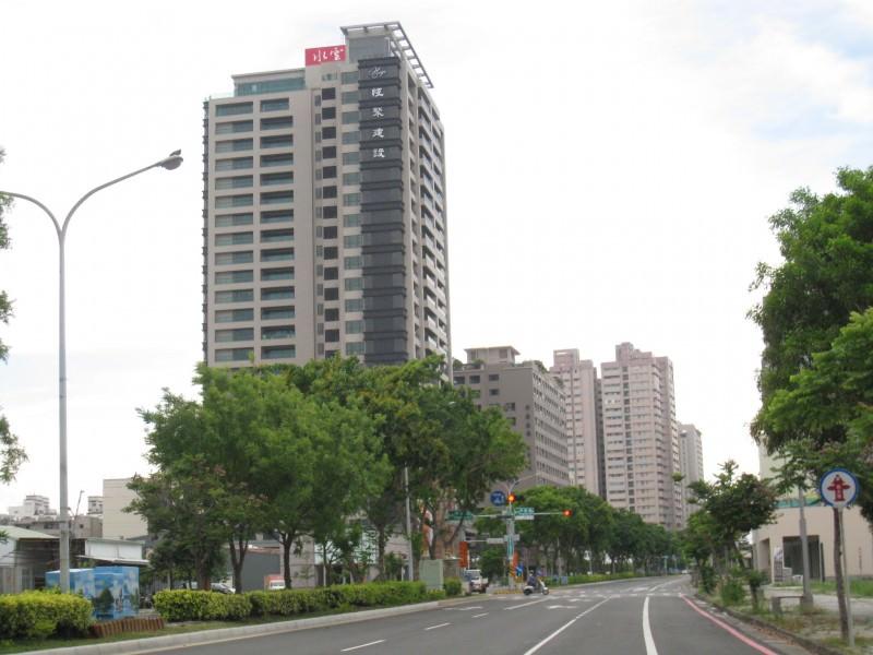 安平區永華路有多棟大樓在興建或即將動工,將來這路段將是大樓林立的景觀。(記者施春瑛攝)