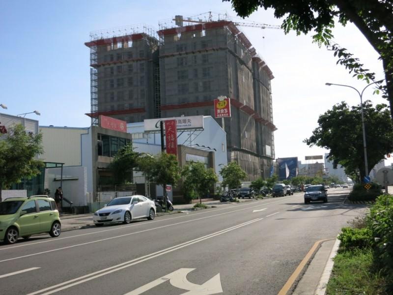 建商搶在容積率管制前申請建照,永華市政中心所在的永華路就是一級戰區,有數處建案施工。(記者吳孟珉攝)