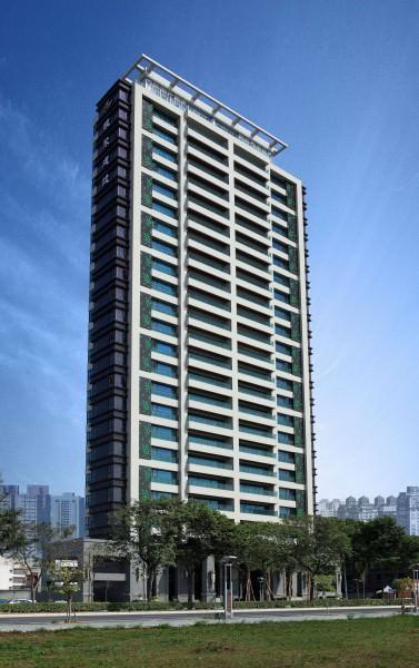 恆聚建設在台南永華路已完工建案「水雲間」大樓外觀。