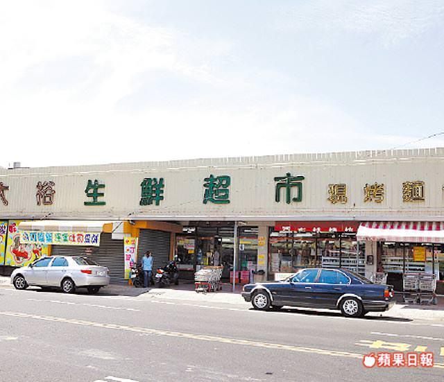 長和路二段有區域型的生鮮超市可供採買。