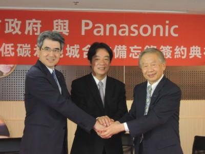 台南市長賴清德(中)與松下電器中國北東亞總代表大澤英俊(左)、台灣松下電器董事長洪敏弘(右),代表雙方簽署「智慧低碳合作示範城合作備忘錄」。(記者洪瑞琴攝)