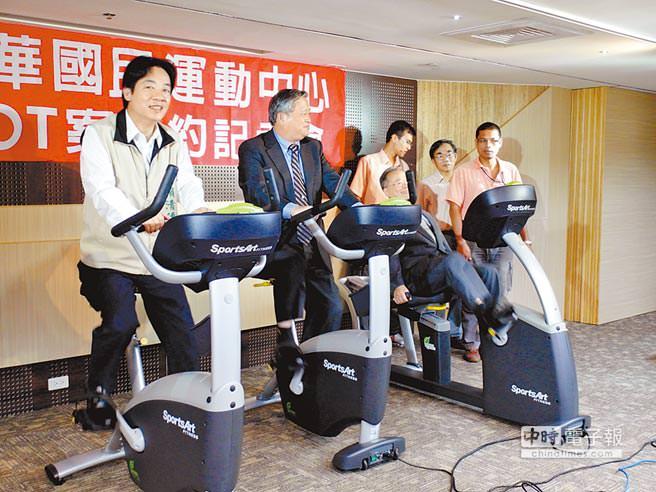 台南市長賴清德(左一)與台南市體育總會理事長、喬立開發董事長劉福財(中)一起體驗綠能造電腳踏車。(洪榮志攝)