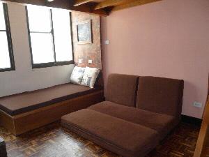 民宿房間搭配床鋪和沙發床,讓入住人數可以更彈性。(記者林雪娟攝)
