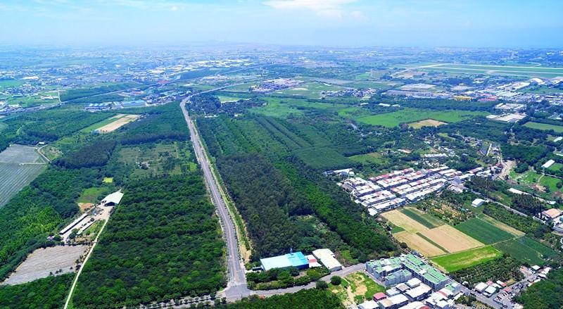 生產路及周邊道路旁林木密集、空氣清新,空中鳥瞰圖右上方為台南機場。