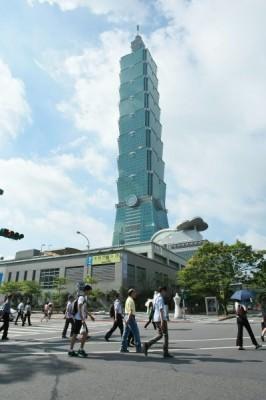 台北市一位40歲的公務員表示,「若陸客進場,我們將毫無機會買房。會不會發展到最後,住在台灣的根本不是台灣人,而是中國人?」(資料照,彭博社)