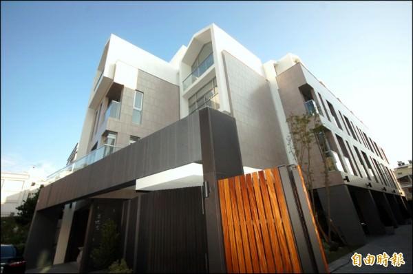 敦煌建設鎖定南區生活圈,推出高質感透天別墅產品,卻能維持平實售價,吸引換屋客注意目光。(記者林耀文攝)