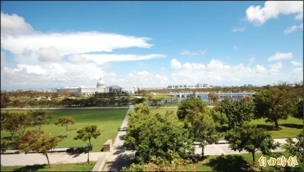 台南市南區生活圈,坐擁寬闊綠地環境、成熟商圈與快速路網便利交通優勢,成為高質感透天住宅推案新重鎮。(記者林耀文攝)
