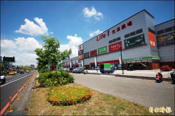 特力屋與家樂福量販店開設在新東區生活圈內,提供充裕消費、餐飲與休閒機能,有利吸引購屋買氣匯聚。(記者林耀文攝)