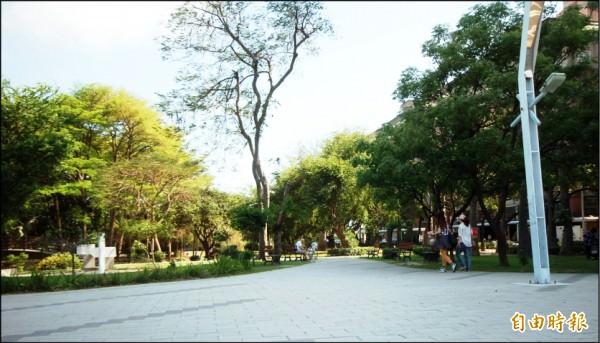 巴克禮紀念公園的寬闊綠地空間,成為民眾休憩養生好去處,也帶動崇善生活圈蓬勃成長。(記者林耀文攝)