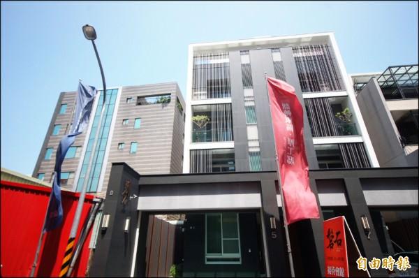 綠建築建設在東區崇善十三街推出的(磐石)透天豪墅案,外觀形塑簡約特色,凸顯建築不凡氣勢。(記者林耀文攝)