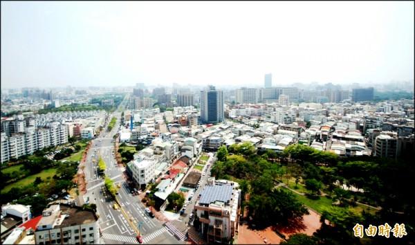 台南市東區與成大校區,坐擁上萬坪公園綠地,優質賞景機能,刺激景觀大樓市場蓬勃成長。(記者林耀文攝)