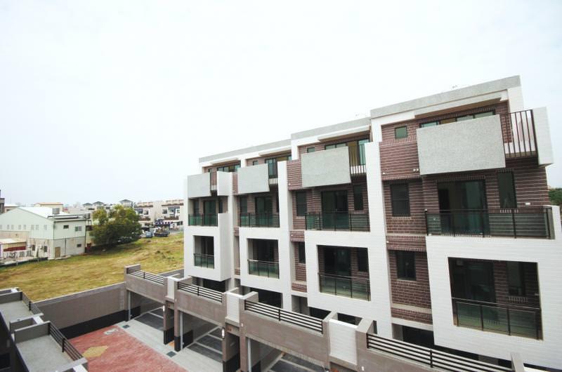 吉全建設在南區區政中心生活圈推出的(喜臨門)透天社區案,外觀形塑簡約風格,強調空間豐富使用機能。