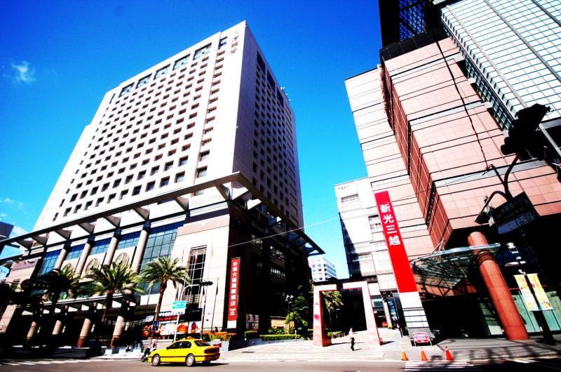 新光三越百貨西門路商圈,經由交通路網,迅速連結中西區與南區,形成大生活圈發展態勢,吸引購屋買氣匯聚。