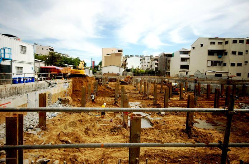 台南老牌建商百慶建設,目前在成大特區推出的高質感換屋大樓案,強化耐震設計與施工,基樁深達岩盤與連續壁加厚達80公分,展現高度建築工藝水準。