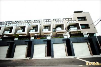 皇龍建設在仁德生活圈義林二街面對公園基地,新完工推出(上院來6)透天別墅案,採取賞景露台設計與現代簡約特色,爭取換屋客青睞。(記者林耀文攝)