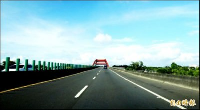 台86線快速道路的快速路網效應,迅速連通仁德生活圈、東區與南科園區,加速區域發展。(記者林耀文攝)