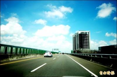 台86線快速道路全線開通後,迅速連通南科園區,造成南區景觀大樓首購產品,吸引南科工程師客層持續進場。(記者林耀文攝)