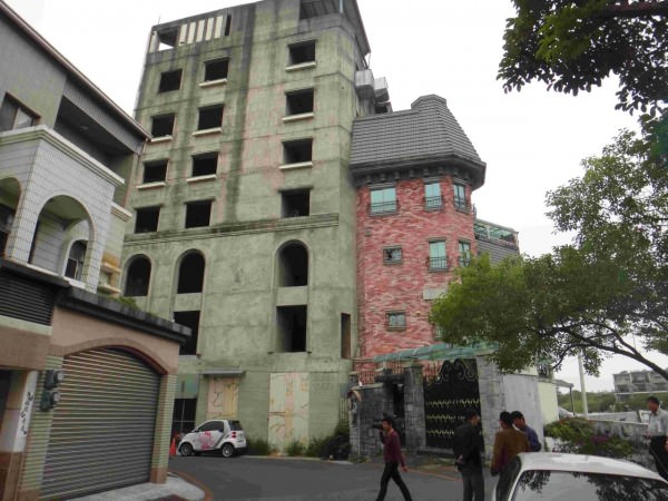 中華西路與南樂街口的違建,圖為拆除前。(圖由工務局提供)