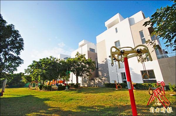 台南市南區的公園綠地闢建增多,緊鄰公園旁的透天別墅,展現優質建築特色,吸引買家上門興趣提高。(記者林耀文攝)