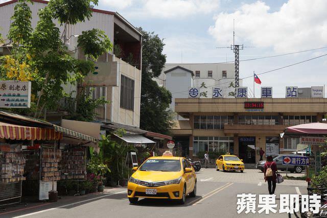 台南市地政局公布今年2月建物買賣移轉棟數,僅約788棟,較1月的1039棟衰退24%,和去年2月同期的1171棟,也衰退32.7%,買氣持續下降。2月交易量最多的是台南市北區,有154棟,次多為永康區的110棟。   「通常農曆年前都有一波買氣,但這次買方期待要降價的心態比較明顯,所以年前買氣就很差,加上大地震,大家沒心情買房,年假又很長。」台灣房屋土帝公特許加盟店店東薛大川表示,這次災情嚴重的永康區,有許多工業區,就業機會很多,因此買氣仍能居第2名。   地震過後,薛大川說,中古透天詢問度便很高,透天建案餘屋買氣變好,主要是大家對大樓還有心理壓力,以這次228連假而言,接到的買方幾乎都看透天,抱著「即使地震再來,1~2樓變1樓,還能往上跑快速逃生」的想法找房。(鄭婷方/台北報導)