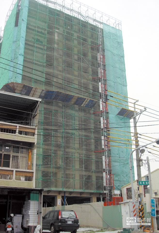 仁德區的「曉確幸」大樓建物已近完工階段。圖文/陳惠珍
