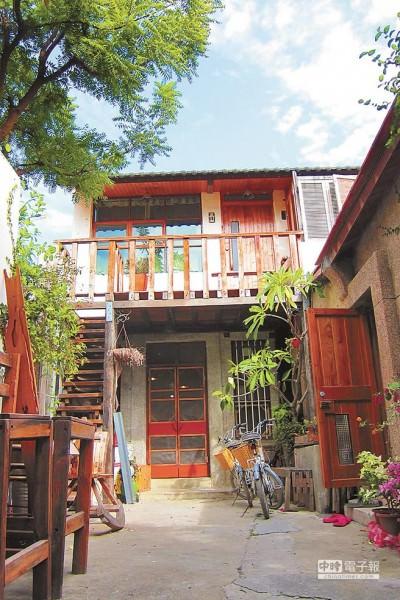 台南市安平區老宅改建的非法民宿,最快明年上半年就能解套,申請成為合法民宿。(台南民宿業者提供)