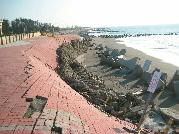 Before黃金海岸在民國100年時,因海岸退縮,船屋前廣場下方被淘空下陷。 圖/水利局提供